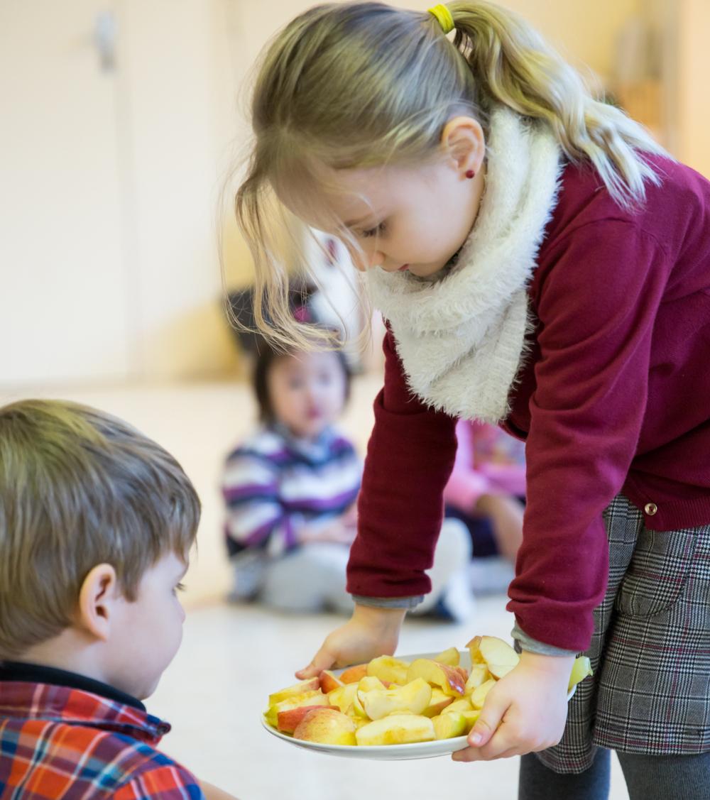 les enfants apprennent les bonnes manieres
